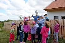 NA ROCHUSU. Na nudu v příměstském táboře U tetičky na dědině v Parku Rochus neměly děti ani jejich tetinky čas.