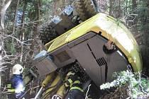 V odpoledních hodinách s pomocí jednotky záchranného útvaru Hlučín, která dorazila s těžkou technikou, řidiče vyprostili zpod bagru. Dostat stavební stroj z nepřístupného terénu se však do rána nepodařilo.