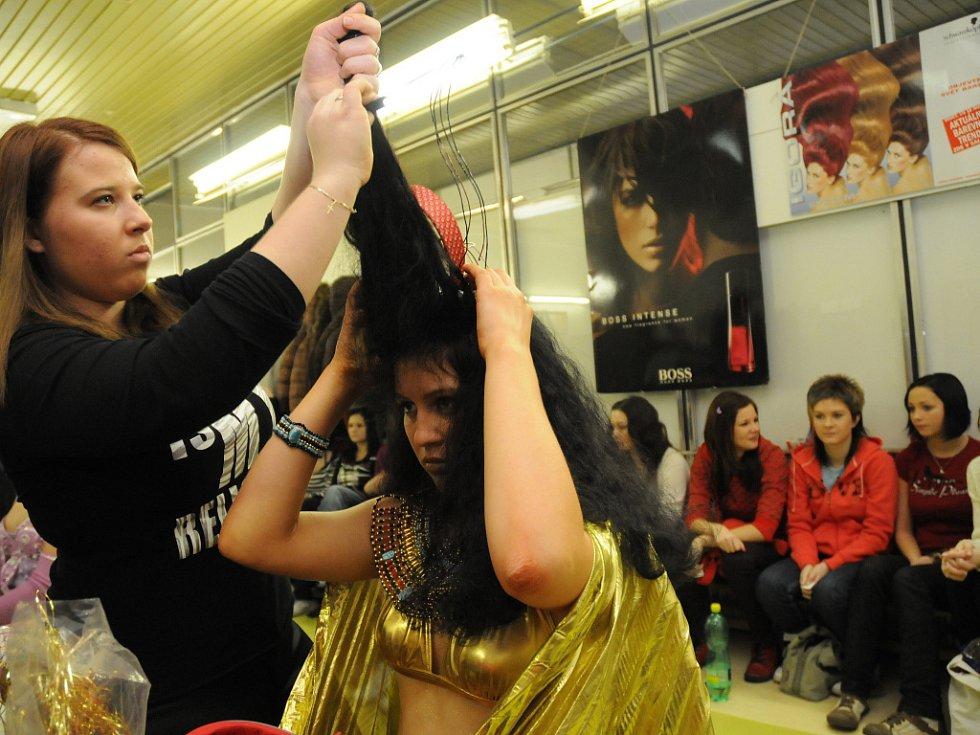 Budoucí kadeřnice soutěžily o nejlepší účes, vítězkou se stala Žaneta Čagánková (na snímku).