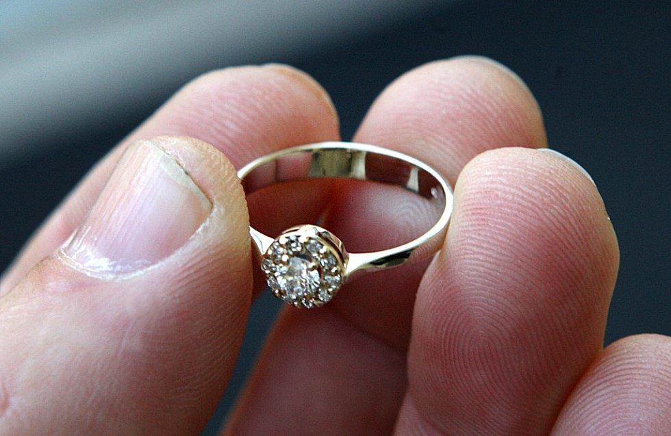 Zlatý prsten pro vítěze soutěže O nejkrásnější svatební pár Deníku ze zlatnictví Filip v Uherském Hradišti.