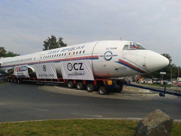 Transport vládního speciálu TU 154 projíždí Čelákovicemi.