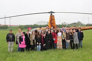 Žáci posledního ročníku Gymnázia v Uherském Hradišti si připravili pro svoji třídní učitelku Alenu Popelkovou překvapení na poslední zvonění. Do školy ji přepravil vrtulník.