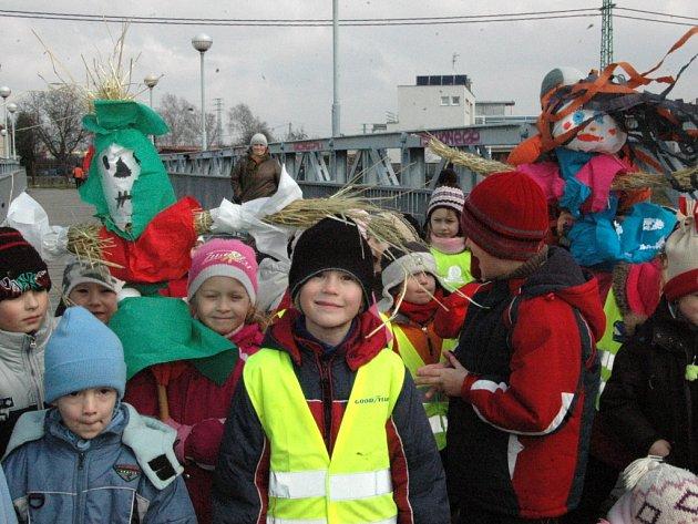 Děti z mateřské školy Pod svahy vhodily Moreny do Moravy a symbolicky tak přivítaly jaro.