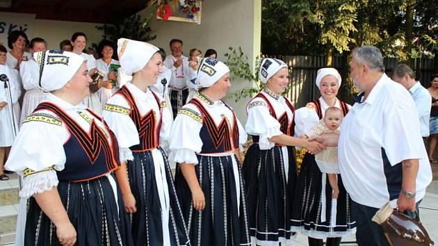 Ženský pěvecký sbor z Hroznové Lhoty si odnesl před třemi týdny z Nedachlebic Nedachlebský džbánek a v sobotu tam opět bude zpívat.