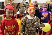 Děti si karnevalu náležitě užívaly.
