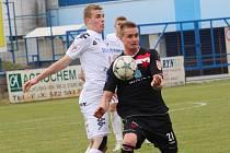 Fotbal 1. FC Slovácko B - Kroměříž. Zleva Lukáš Michna a autor vítězné branky Martin Neubert.