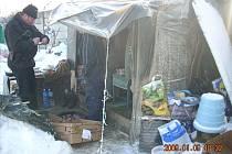 Přístřešky, které si bezdomovci zřídili u řeky za městem, musí jejich obyvatelé odstranit do konce dubna.