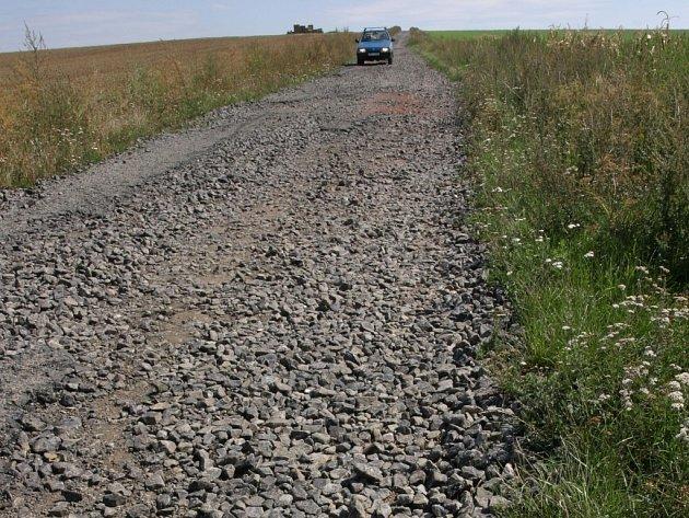 Řidiči musí jet z Újezdce do Vážan krokem, aby se vyhnuli poškození vozu.