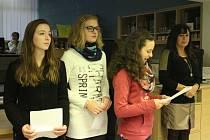 Děti z prakšické školy vystavují v městském informačním centru.