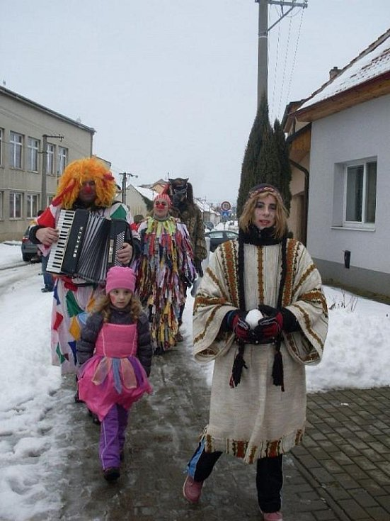 Nivnice – Zabíjačka na myslivně U Huberta zpestřila v sobotu masopustní obchůzku v Nivnici. Té se zúčastnilo více než šest desítek lidí z folklorní Nivničky, turistického oddílu i místní vodáci.