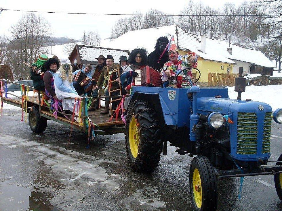 Vápenice – Maškary ve Vápenicích rozvážel po obchůzce traktor.
