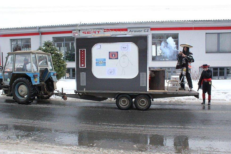 Fašank ve Vlčnově byl nejen ve znamení masek, ale na silnici vyrazil také mediální vůz.