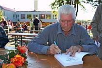Osmdesátiletý František Mikula z Tupes je od roku 1978 kronikář obce, předseda tamního Klubu českých turistů, ale i bývalý učitel a ředitel tupeské základní školy.