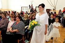 Kulturní dům v Nedakonicích byl v sobotu plný nevěst a družiček, na něž se přišlo podívat 350 lidí.