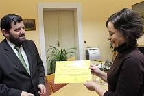 Místostarosta Uherského Hradiště Zdeněk Procházka předává symbolický šek ředitele Diakonie ČCE – střediska CESTA Zuzaně Hoffmannové.
