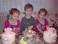 Trojčata ze Strání u dortu při oslavě čtvrtých narozenin. Zleva Mariánka, Martínek, Rozárka.