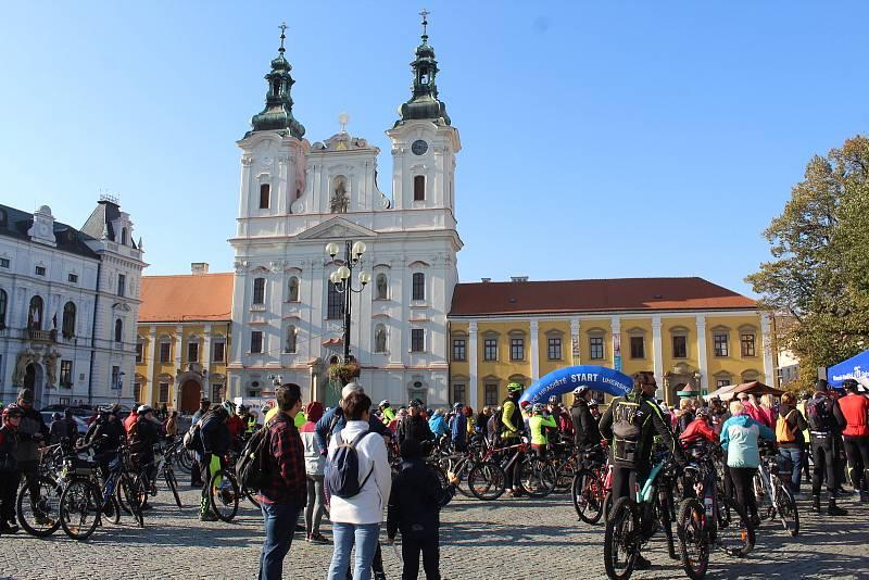 Příznivci cyklistiky a vína se 9. října dopoledne vydali z Masarykova náměstí v Uherském Hradišti do okolí v rámci tradiční akce s názvem Na kole vinohrady Uherskohradišťska.