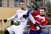 Přípravný zápas Uherský Brod – 1. FC Slovácko B 1:1 (0:1)  Na snímku uherskobrodský Marek Kúdela (vpravo) hlídá Mariána Kováře.