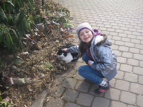 SKOČIČÍM KAMARÁDEM. Fotografii své dcery nám zaslala paní Kubíčková.