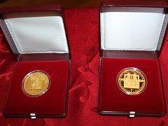 Česká národní banka představila na Velehradě desetitisícovou pamětní zlatou minci.