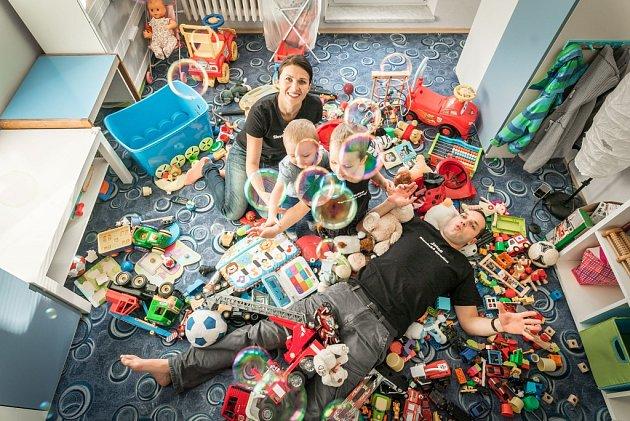 1. RODINA. Ktomu není co dodat. Štastný jsem tam, kde jsme všichni, tedy my čtyři a stisíci hračkami.