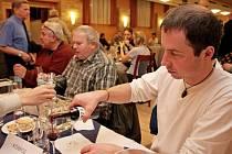 DEGUSTACE. V hotelu Skanzen Modrá zasedlo v pátečním večeru k posouzení 333 vzorků destilátů 63 porotců a porotkyň.