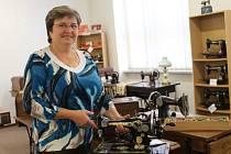 Anna Chovánková připravuje výstavu šicích strojů.