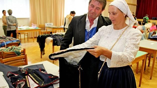 KROJOVÉ SOUČÁSTKY. Na sedmém ročníku burzy krojů se letos prezentovalo třicet vystavovatelů a tvůrců lidových oděvů. Přišlo na něj 300 koupěchtivých lidí.