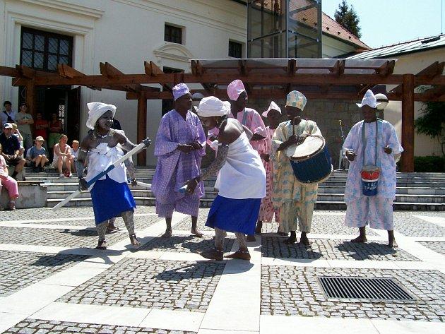 Tanečníci beninského souboru Towara z města Cotonou.