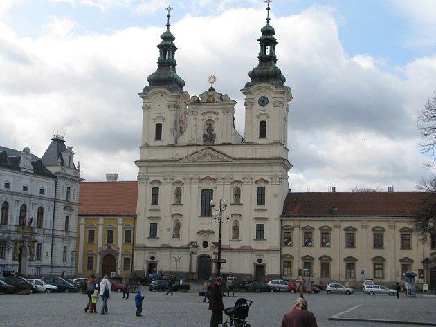 """Pohled na svatostánek a přilehlý """"dům služeb"""" na Masarykově náměstí v Uherském Hradišti by v budoucnu mohla částečně překrýt stavba podia."""