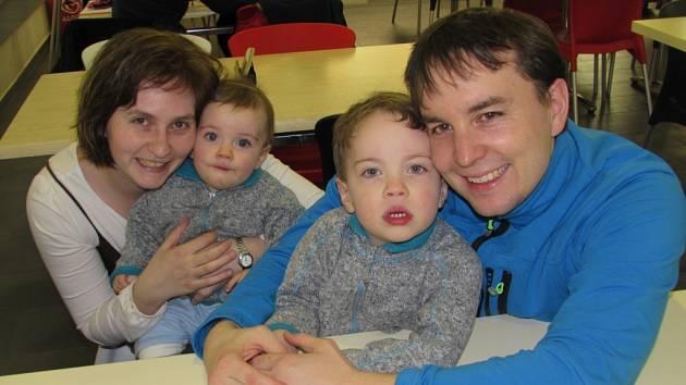 SPOKOJENÁ RODINA. David a Hana Vajdíkovi jsou pibytem v Babyclubu nadšeni stejně jako jejich synové Ondra a Tomáš.