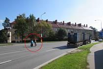 Lidé přecházením čtyřproudové silnice u autobusového nádraží hazardují se svým zdravím.