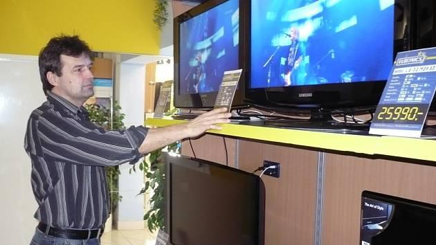 Josef Šrámek ukazuje, že v Thermatu si přijdou na své hospodyňky i příznivci spotřební elektroniky.