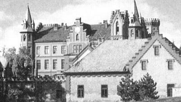 Takto zámek vypadal v nedávné minulosti.
