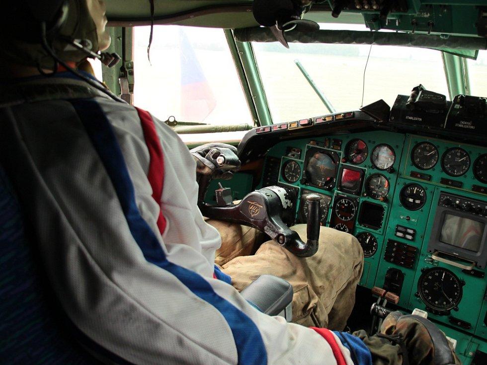 """Náš maskot, """"kapitán Jaryn"""", už provádí předletovou přípravu. Bude jediným členem posádky, který bude smět být přímo na palubě přepravovaného letadla."""