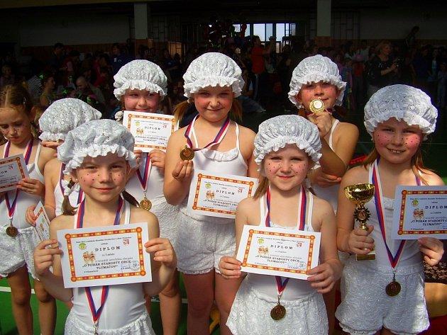 Nejmladší děvčata z DDM Pastelka Uherský Ostroh vybojovaly se skladbou Party v rákosí bronzové medaile.