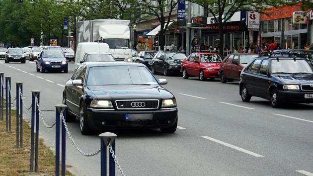 Ačkoli v pátek policie rozdávala na třídě Tomáše Bati za jízdu v pruhu pro MHD nemalé pokuty, v dalších dnech nebyla situace o nic lepší.