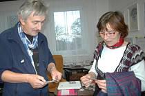 Marie Adamcová dostala od ředitele divadla Igora Stránského sadu samolepek s motivem nového předplatného.