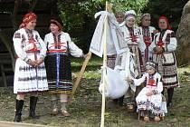 Členové folklorních souborů i jednotliví výrobci uměleckých rukodělných činností vytvořili v prostředí původních lidových staveb poutavý a silně emotivní obraz svého regionu.