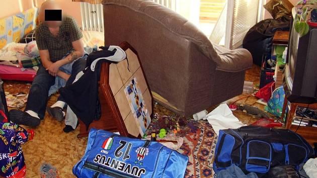 Když strážníci přišli do bytu, našli sedícího skleslého muže uprostřed velkého nepořádku.