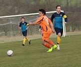 Fotbalisté Ostrožské Lhoty (v oranžových dresech) remizovali na úvod jara s Topolnou 2:2.