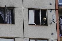 Přestože v domě hořelo, museli někteří obyvatelé zůstat doma. Pryč se totiž nedostali kvůli zakouřené chodbě