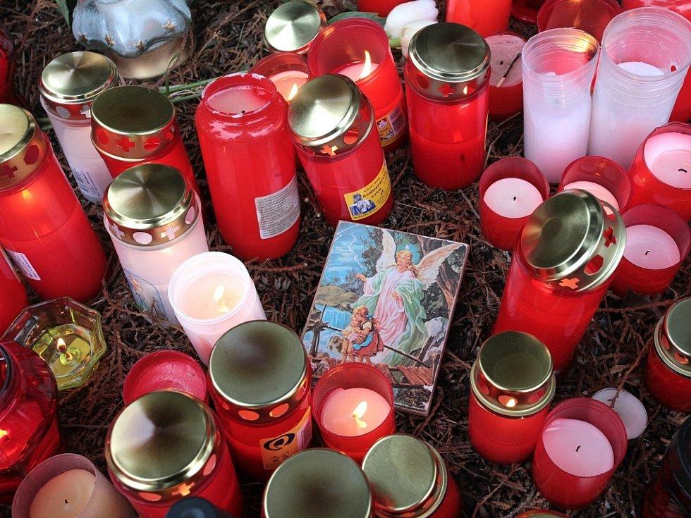 Pietního aktu na místě tragédie v Uherském Brodě se zúčastnily stovky lidí.