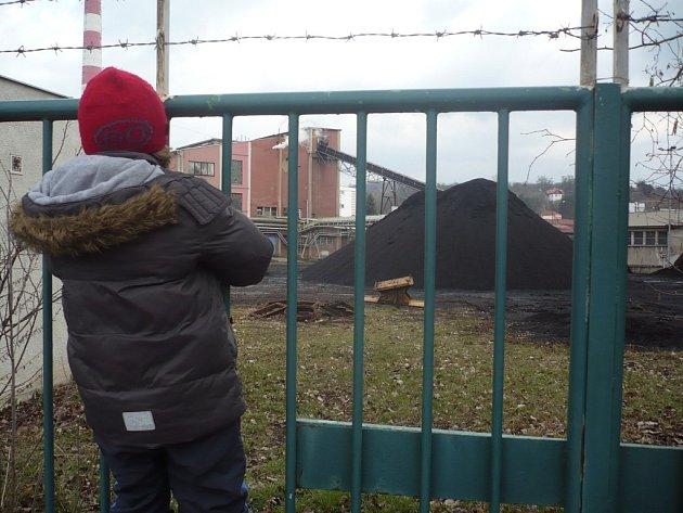 Skládky prašného paliva se nachází na otevřeném prostoru hradišťské teplárny. To, do jaké míry znečišťují okolí, zjišťují pracovníci Státního zdravotního ústavu.