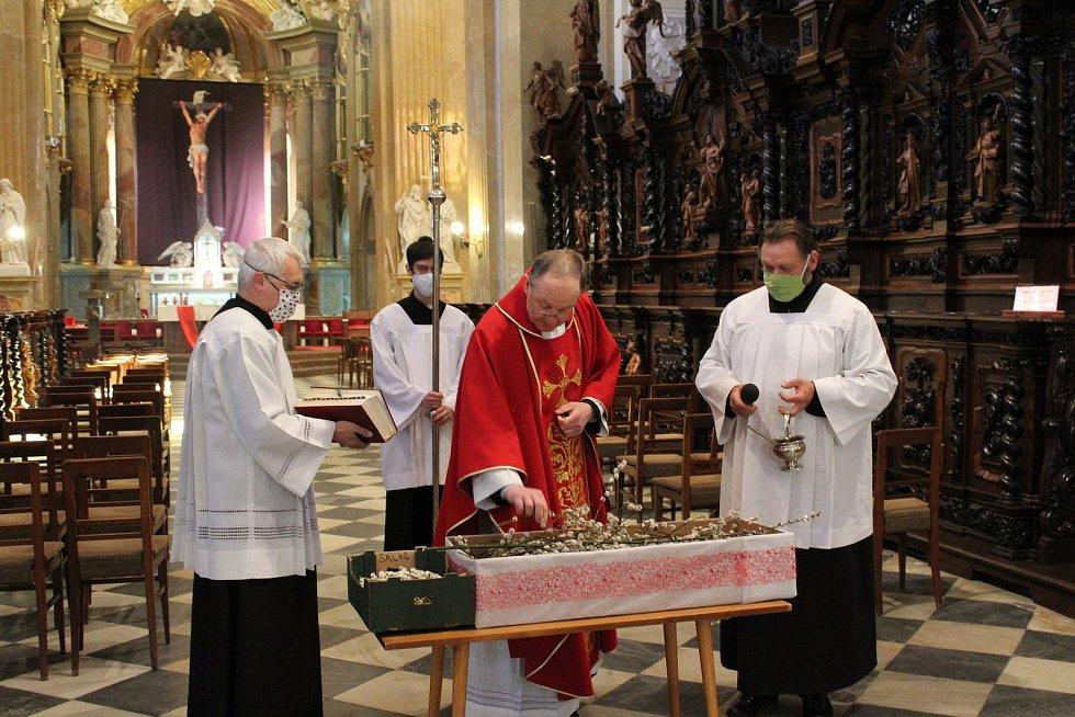 Bohoslužby v rouškách bez věřících v době koronavirové slouží a bude sloužit ve velehradské bazilice tamní kněz P. Josef Čunek.