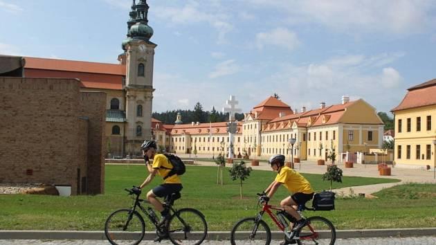 Převážně ve žlutých trikotech vyrazili cyklisté z Velehradu na dlouhou pouť do  Říma.