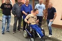 Miroslav Vykydal společně se zástupci nivnických firem pořídili Martinu Plesnerovi elektronický invalidní vozík.