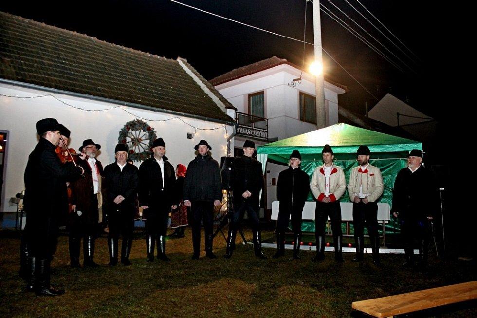 ČAS ADVENTNÍ. Sto padesát občanů Kudlovic přišlo do centra obce na žehnání 36 adventních věnců a rozsvícení vánočního stromu.