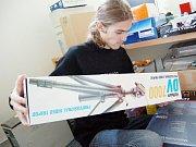 Růžena Šobáňová přes internet prodává vedle aktovek i knihy a hračky.