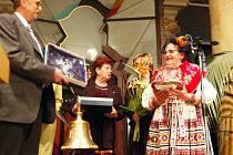 Kateřina Kubínová předává dary prezidentu Rotary klubu Jiřímu Rosenfeldovi k 1. výročí ve funkci prezidenta.